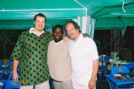 V družbi z avstralskim šamanom Rowlandom Barkleyjem (desno) in Baba Kingom